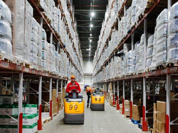 """MOSCOW REGION, RUSSIA - MARCH 19, 2020: Basic consumer goods stored in a distribution centre of the Pyaterochka retail chain in the city of Podolsk. Mikhail Japaridze/TASS  Ðîññèÿ. Ìîñêîâñêàÿ îáëàñòü. Ïîäîëüñê. Ñêëàä ñ òîâàðàìè ïåðâîé íåîáõîäèìîñòè â ðàñïðåäåëèòåëüíîì öåíòðå òîðãîâîé ñåòè """"Ïÿòåðî÷êà"""". Ìèõàèë Äæàïàðèäçå/ÒÀÑÑ"""